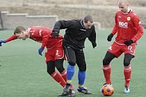 Na snímku z přípravného fotbalového zápasu Písek - Benešov (3:2) odzbrojuje domácí Tomáš Kohut (vpravo) hostujícího Martina Turka, vlevo je Roman Pivoňka.