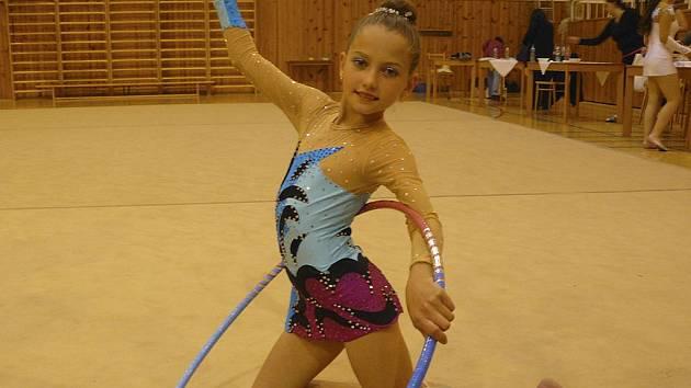 Milevská Karolína Kreisslová (na snímku při cvičení s obručí) zaznamenala na jaře velké zlepšení ve své sportovní výkonnosti.
