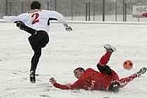 Příprava fotbalistů FC Písek nadále pokračuje, v sobotu 28. ledna sehrají další přátelský zápas, tentokrát se Strakonicemi. Na snímku z minulého utkání s Tachovem (4:0) domácí Štrajt (ležící) se snaží zastavit pronikajícího Chmiela.