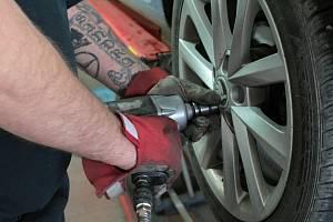 Většina pneuservisů objednává až na začátek listopadu, najdou se ale i výjimky.