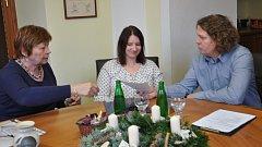 Při předávání daru na radnici jsou zprava Oblastní ředitel spolku Naděje Daniel Svoboda, Petra Martíšková z písecké pobočky a starosta Písku Eva Vanžurová.