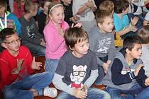 Děti při společném programu v Základní škole Mirovice.