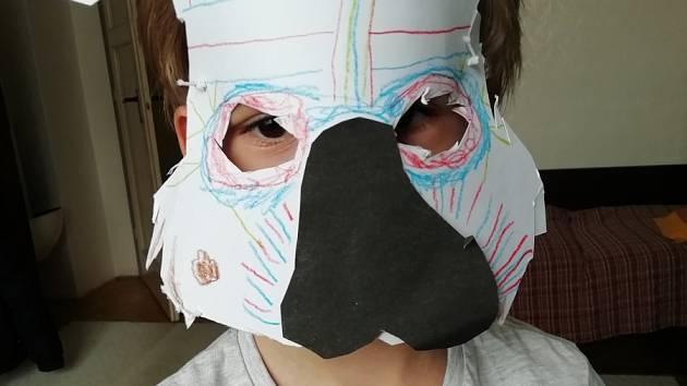 Tomášek si vyrobil masku na karneval.