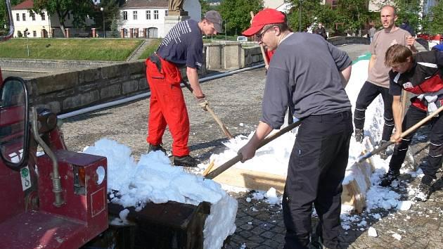 Technika i ruční práce postupně tvoří bílou stopu z technického sněhu pro večerní show Kateřiny Neumannové