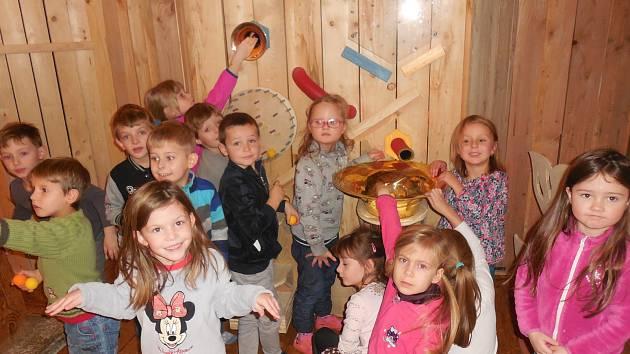 Děti z MŠ na Hradišti navštívily výstavu Včela.