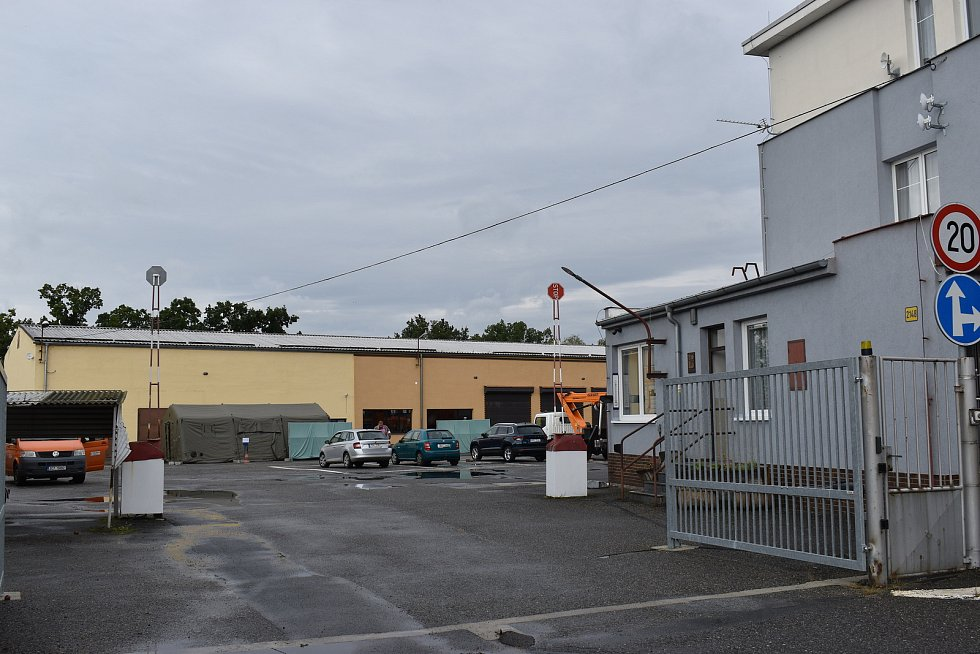 Drive-in volební stanoviště v Písku v areálu Správy a údržby silnic Jihočeského kraje.