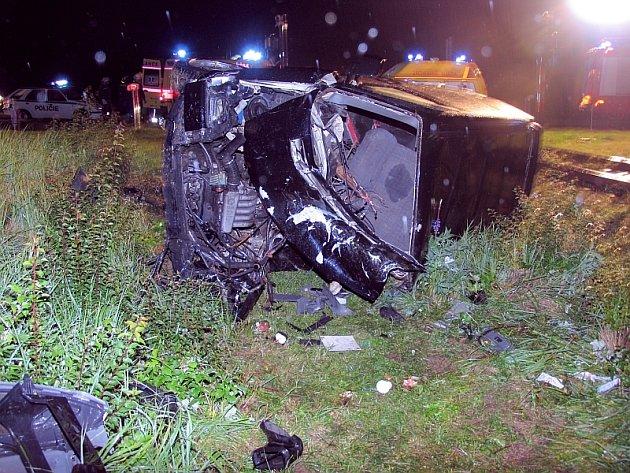NEŠTĚSTÍ. Po střetu vozu s vlakovou soupravou se dalo považovat za zázrak, že všech pět mužů v automobilu přežilo.