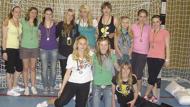 Na snímku jsou mladší dorostenky TJ Sokol Písek, které na mezinárodním házenkářském turnaji v německém Neussu vybojovaly ve své věkové kategorii výborné druhé místo.