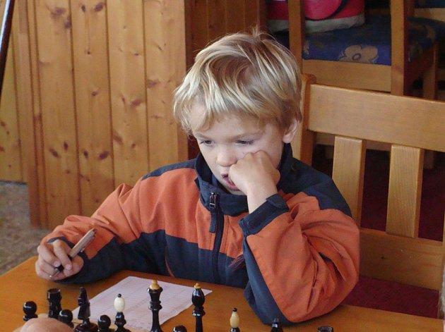 Na snímku je sedmiletý Benedikt Chmelík z družstva  ŠACHklub Písek D (ZŠ J. K. Tyla Písek), který v utkání s Kájovem hrál proti zkušenému Kašpárkovi.