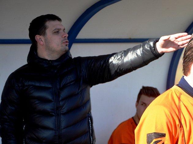 TAKTICKÉ POKYNY. Trenér fotbalových Čimelic Jan Růžička na snímku udílí pokyny svým svěřencům.