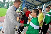 Na snímku zástupce generálního partnera turnaje KOČÍ Cup, ředitel firmy KOČÍ, a. s.,  Tomáš Kočí, předává pohár za první místo nadějným fotbalistům týmu MŠK Žilina.