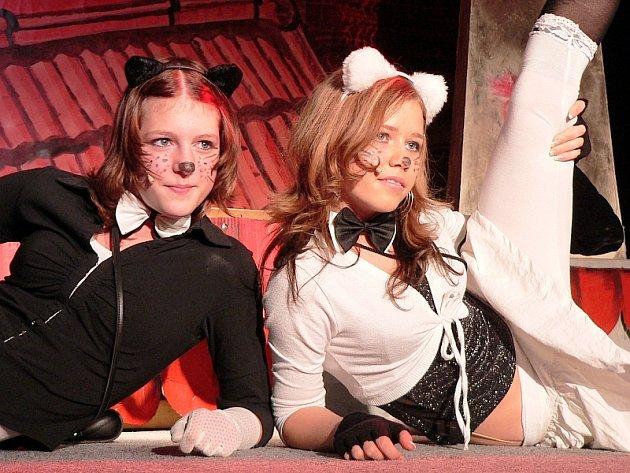 Na snímku ze středeční premiéry vidíme kočičí slečny zleva – Mínu (Katka Pokorná) a Cilku (Markéta Kemrová).
