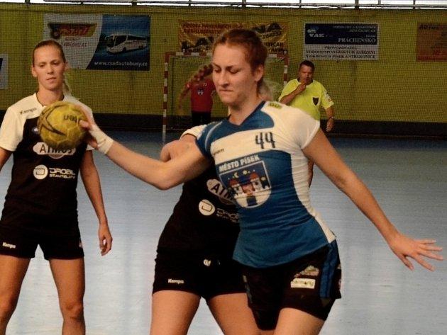 VZHŮRU PŘES OBRANNÝ VAL. Magdaléna Svobodová (vpravo) se snaží překonat obranu Plzně při interligovém utkání.