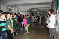 ŽÁCI se v pondělí sešli ve vestibulu školy, aby oslavili obhajobu titulu Ekoškola.