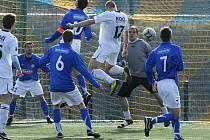 Takto skóroval písecký Tomáš Kohút (v bílém) v přípravném fotbalovém utkání proti Marile Votice. Podaří se mu to i v sobotním mistrovském zápase s Kunicemi?