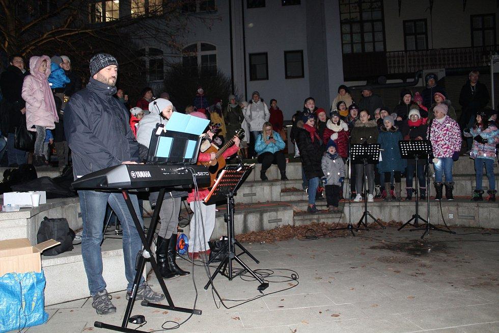 Česko zpívá koledy 2019 na nádvoří Sladovny v Písku.