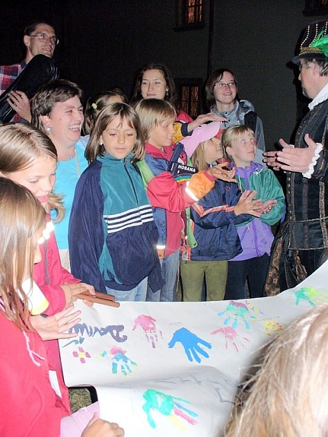 Plakát s otisky rukou. Děti předaly řediteli Milevského muzea Vladimíru Šindelářovi velký plakát, na něž otiskly své dlaně a všechny se podepsaly jako poděkování  za pozvání do milevského kláštera.