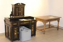 Přípravy výstavy Pracovní stoly slavných v muzeu.