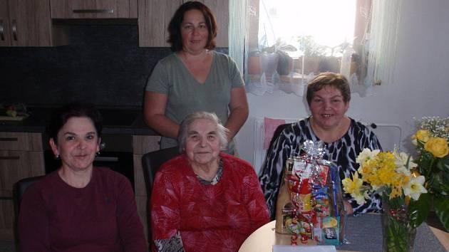 Anna Mrázová z Vlastce oslavila devadesátiny, na snímku je s dcerami a starostkou obce Janou Pišingerovou (vzadu).