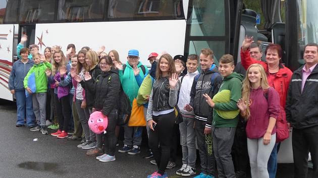 Mirovičtí žáci a jejich doprovod před odjezdem do Švýcarska.