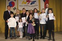 Na slavnostním vyhlášení nejlepších borců v taekwondo WTF v Mělníku byla oceněna i Adéla Kubičková z klubu Taehan Protivín. Na společném snímku je druhá zprava, za ní stojí trenér Milan Zobal.