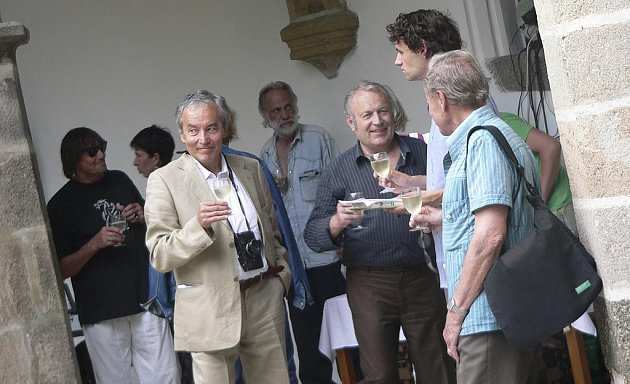 Snímek je ze zahájení výstavy Pavla Koppa (ve světlém obleku) nazvané Chvilky s Itálií na nádvoří Prácheňského muzea v Písku.