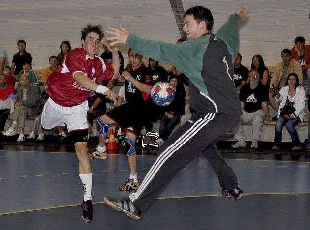 Písecký Volf překonává domácího brankáře Moravce v utkání minulého kola druhé ligy házenkářů, ve kterém Strakonice doma prohrály s Pískem 27:31.