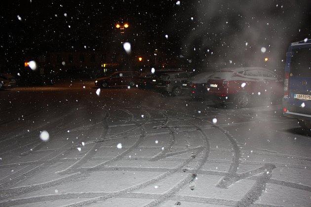 Vpátek večer zasypal sníh iPísek.