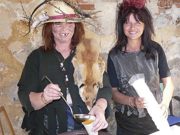 Servis. Přímo ďábelský lektvar míchaly v pátek na protivínské farské zahradě přítomným čarodějnicím a čarodějníkům na posilněnou (zleva) Eva Kocandová a Jitka Medunová.