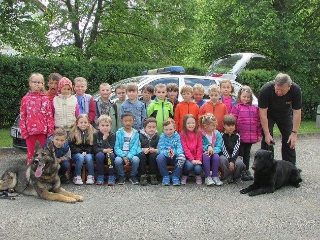 Děti v Čimelicích navštívili policejní psovodi.