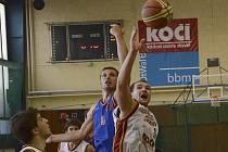 Písecký basketbalista Ondřej Efenberk (na snímku vpravo bojuje o míč s hráčem soupeřova týmu) sehrál za Sršně oba zápasy 2. ligy na severu Čech.