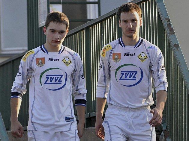 Hráč Martin Petr (na snímku vpravo společně s Jakubem Bardou) svým gólem rozhodl o tom, že v zápase krajského fotbalového přeboru zvítězilo mužstvo Milevska nad Pískem B 1:0.