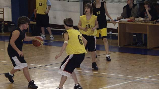 DOMA NEZAVÁHALI. V utkání oblastního přeboru žactva v basketbale porazili písečtí Sršni mladší žákyně z Pacova 62:29. Naše foto je z tohoto utkání, ve kterém se domácím dařilo.