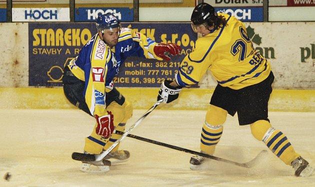 V dalším utkání druhé ligy zvítězili hokejisté Písku nad Benešovem 9:3. Na snímku z tohoto zápasu bojují o puk domácí Pavel Procházka (vlevo) a hostující David Starec.