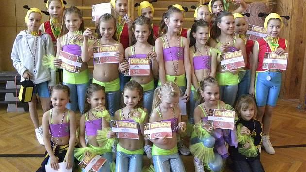 Na snímku jsou cvičenky AC Sole, které vybojovaly pěkná umístění v Praze na 2. ročníku soutěže ve skupinových choreografiích.