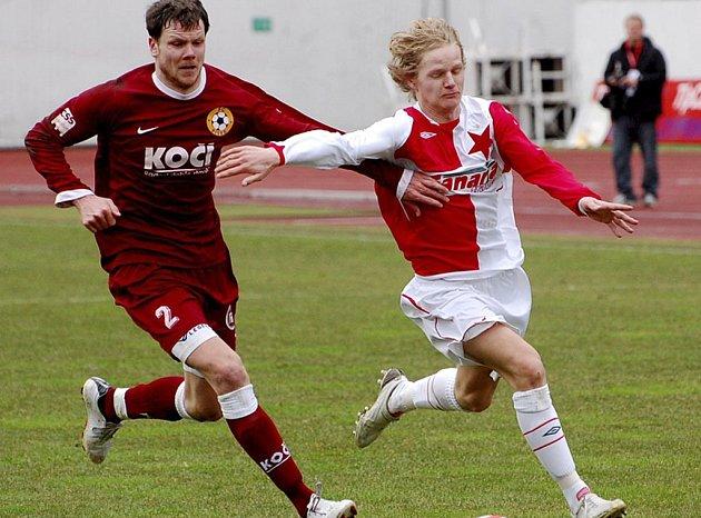 Expísecký Štěpán Koreš (ve slávistickém dresu) se snaží uniknout Romanu Pivoňkovi v úvodním jarním zápase třetí fotbalové ligy, ve kterém Slavia Praha B prohrála doma s FC Písek 1:2.