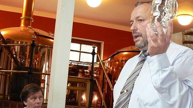 Lektor přednášky Aleš Dočkal přibližuje posluchačům různorodost pivních sklenic a jejich použití k různým druhům piva.