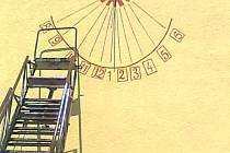 Hasičskou zbrojnici v Klukách zdobí sluneční hodiny.