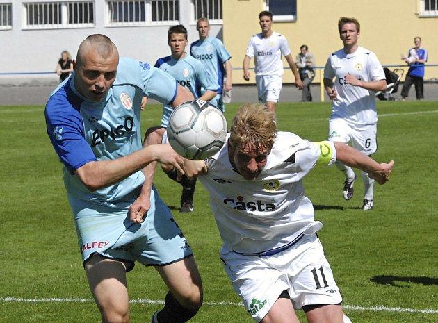 Písecký kapitán Jan Zušťák (vpravo) uniká Jakubovi Novákovi v zápase III. fotbalové ligy, ve kterém FC Písek porazil tým SK Hlavice  3:1.
