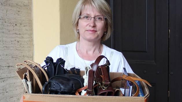 Mluvčí písecké radnice Irena Malotová předala kabelky, knihy a bižuterii za zaměstnance městského úřadu.