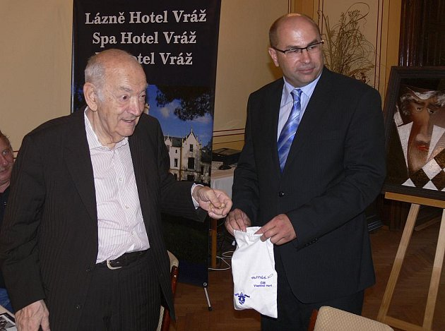 Na závěr tiskové konference se uskutečnilo losování, kterého se ujal Liří Landa (vpravo) a velmistr Viktor Korčnoj. Ten měl štěstí, do první partie vstupoval s bílými figurami.
