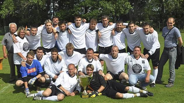 Fotbalisté Sokola Čížová vyhráli turnaj ve Veselí nad Lužnicí. Na snímku je tým Čížové po vítězství v uplynulém ročníku krajského přeboru, kdy si zajistil postup do divize.