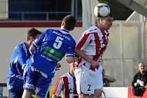 Domácí Roman Pivoňka (vpravo) v hlavičkovém souboji s Danielem Nešporem v zápase III. ligy v kopané, ve kterém FC Písek podlehl týmu FK Kolín 0:3.