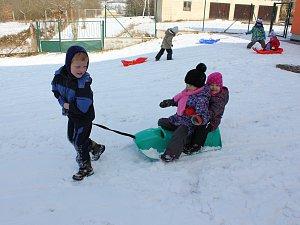 Zimní radovánky u školky v Miroticích