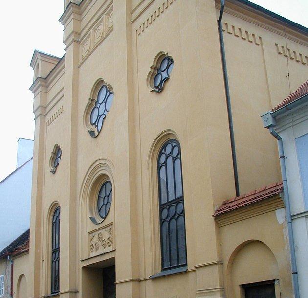 Podle  dohody mezi městem písek a Pražskou židovskou obcí by mělo dojít k propojení synagogy (na snímku) a objektu bývalé Komenského školy.