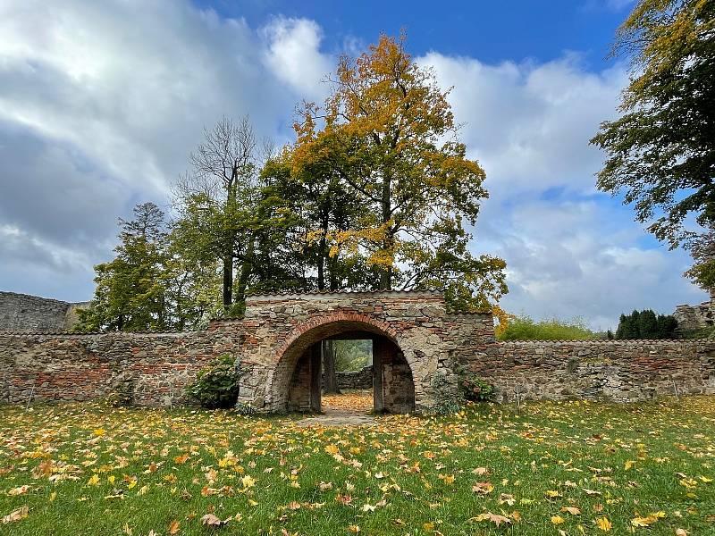Podzimní příroda láká k procházkám areálem hradu i jeho okolím.