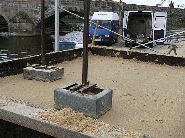 Práce na tvorbě soch z písku u Kamenného mostu, 17. května.