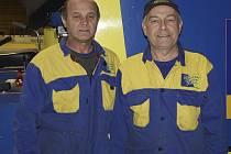 DVA PAMĚTNÍCI. Jan Drábek (vlevo)) a Oldřich Vlk pracují na Zimním stadionu v Písku již čtyři desítky let. Pamatují lepší i horší časy píseckého hokeje, těžké začátky na nekrytém stadionu, ale svoji práci by za nic nevyměnili.