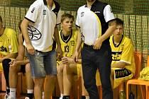 TRENÉŘI Sršňů Miroslav Janovský a jeho asistent Jan Čech (vpravo) měli v utkání proti Plzni svým svěřencům co říci.