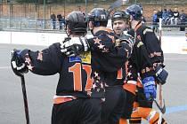 Hokejbalisté HC ŠD Písek takto oslavují každý vstřelený gól do soupeřovy branky. Tentokrát písecký celek přehrál v semifinále oblastní ligy Stars Suché Vrbné a po roce si znovu zahraje finále.